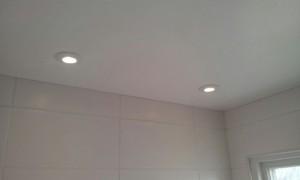 Montering av ledspotlights vid badrumsrenovering.