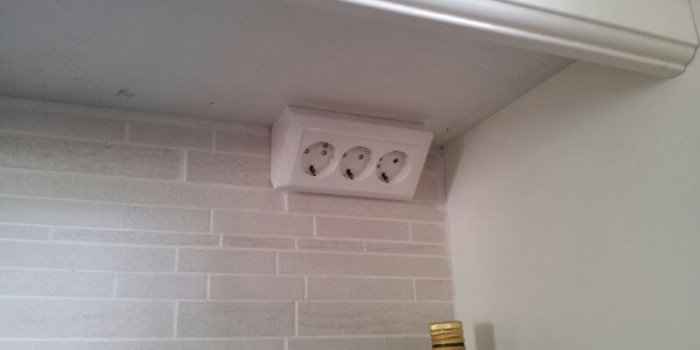 Modernt vägguttag i kök