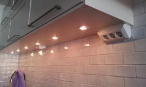 """Se till att få en bra arbetsbelysning när du renoverar ditt kök.  Här har jag monterat spotlights över köksbänken. De är dimbara för att få ett bra arbetsljus och även kunna dimra ned till """"mysbelysning"""".  Jag har även monterat ett användarvänligt vägguttag."""
